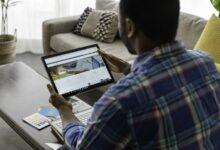 Un homme consultant son profil LinkedIn sur une tablette.