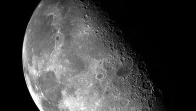 Une photographie de cratères sur la Lune.